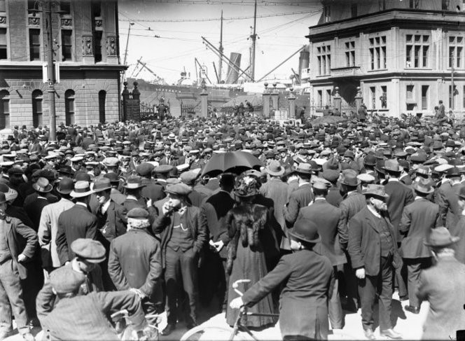 1913 Crowd at Queen's Wharf